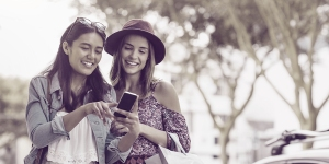 Cookieless tracking & Affiliate Marketing - women browsing on mobile